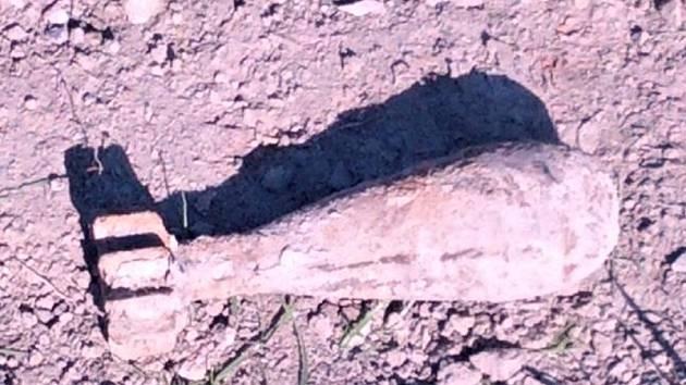 Nevybuchlá dělostřelecká mina ráže 82 mm z období druhé světové války.