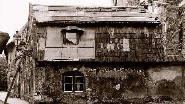 Jedová chýše na historickém snímku byla v dobách své pohasínající slávy spíše ruinou než slavnou krčnou.