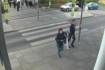 Dvojice podezřelá z krádeže mini segwaye v obchodním centru na pražském Zličíně.