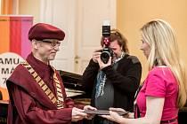 Ministryně Valachová předala jmenovací dekret novému rektoru AMU Janu Hančilovi.