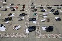 HAPPENING. Palackého náměstí před sídlem ministerstva zdravotnictví zaplnily osamocené boty. Přinesli je tam zástupci nadačního fondu Neúnavní, který se snaží upozorňovat na chronický únavový syndrom.