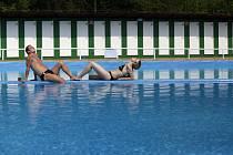 1. května se pro veřejnost otevřelo i koupaliště v Divoké Šárce. Mezi prvními návštěvníky, kteří si vyzkoušeli 17 stupňů teplou vodu byli Michaela Lebedová a Tomáš Pocz.
