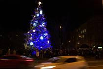 Vánoční strom na Kulaťáku letos přináší i dárky sociálně slabým.