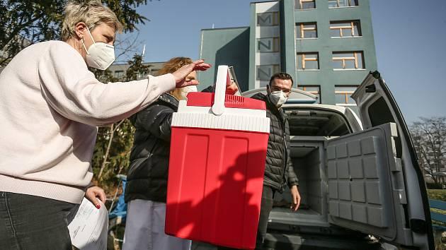 Distribuce vakcíny AstraZeneca byla ve spolupráci Městské nemocnice následné péče a mladých praktických lékařů v Praze zahájena ve čtvrtek 25. února 2021.