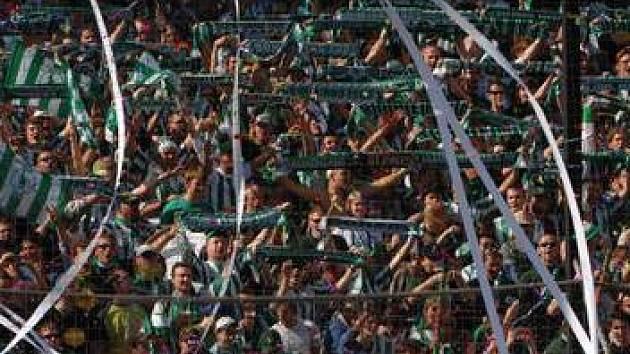NECHCEME SEDĚT! Skalní fanoušci Bohemians 1905 se nechtějí vzdát své tribuny na stání za brankou v ďolíčku.