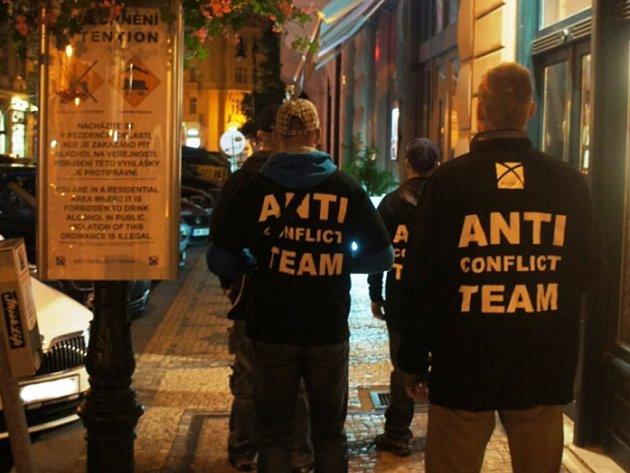 Antikonfliktní týmy hlídají pořádek ve městě.
