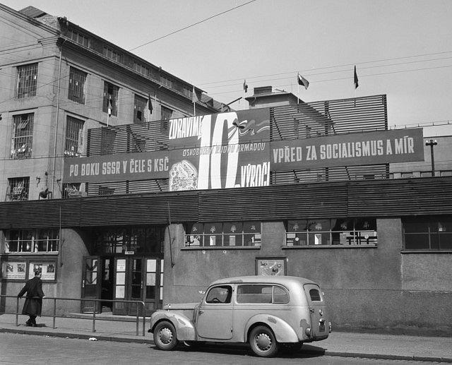 1. máj v ČKD. Za 1. republiky světově proslulý podnik se za totality stal výkladní skříní strojírenství a postupně upadal.