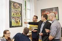 PATRON AKCE ragbista Vojtěch Mára (v klubovém saku) si prohlíží sérii fotografií určených jeho osobě.