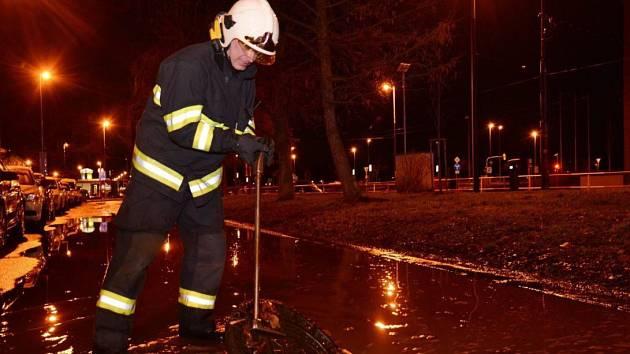 Hasiči odčerpávali vodu z Karlína, kde prasklo vodovodní potrubí.
