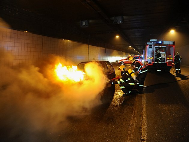 Plameny zachvátily auto zrovna v tunelu.