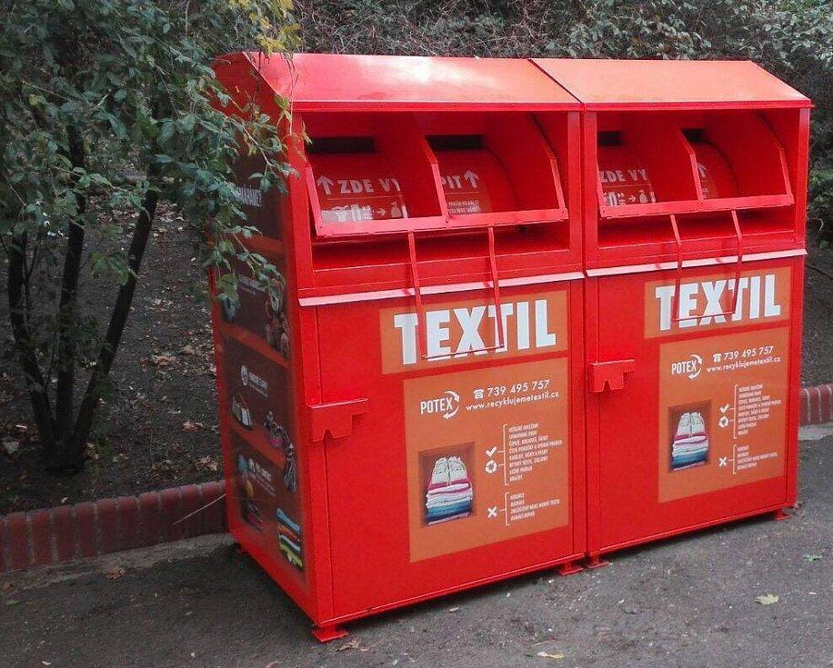 Oranžové kontejnery na textil mohou bezdomovcům v zimním období zachránit život.