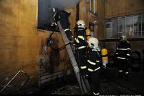 POŽÁR V DEJVICÍCH. Dům v ulici Jugoslávských partyzánů navštěvovali narkomani. Byt bez elektřiny nakonec lehl popelem.