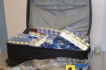 Cizinec pašoval 300 kartonů cigaret. Na ruzyňském letišti ho zastavili celníci.