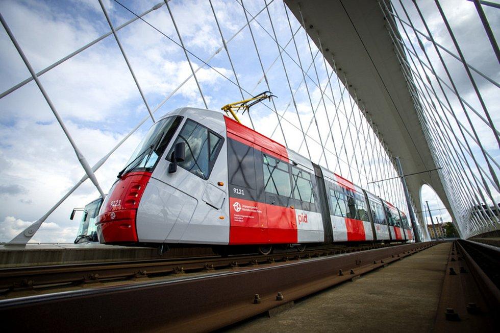 Tramvaj Škoda 14T v nové vizuální šedo-červené podobě na snímku pořízeném 19. května 2021 v Praze.