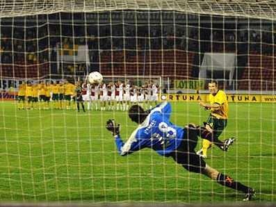 Žilinský obránce Benjamin Vomáčka přestřelil a Pražané tak vyhráli penaltový rozstřel 4:3.
