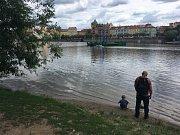Na Vltavě vyrostly dvě nuly míří na Pražský hrad. Jde o odvetu za Zemanem spálené trenky?