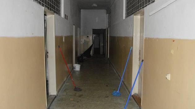 Vygruntovaná chodba objektu bývalé polikliniky na Žižkově. Pro samý odpad prý nebylo vidět ani na podlahu.
