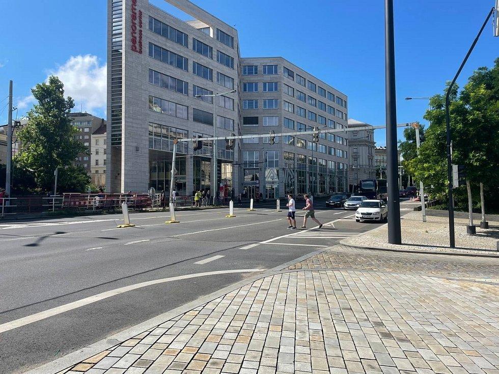 Takhle se přechází v prostoru křižovatky ulic Legerova a Vinohradská.