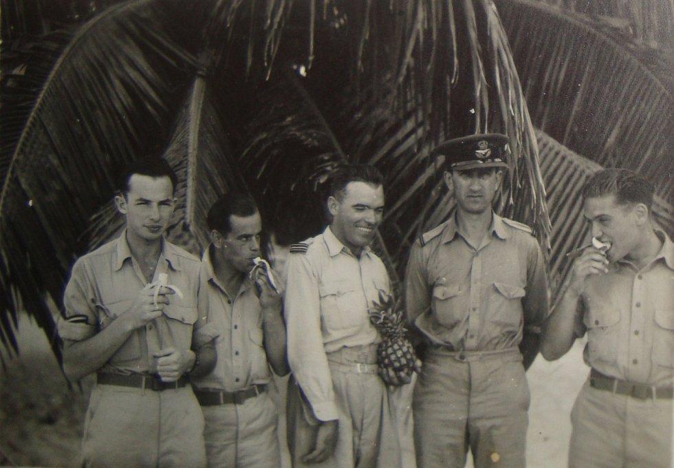Jiří Pavel Kafka (úplně vlevo) na Bahamách.