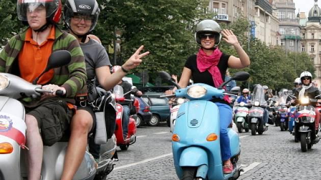 Mezinárodní sraz italských skútrů Piaggio-Vespa na koupališti Džbán. Na fotografii jízda v koloně po Václavském náměstí v neděli 29.července.
