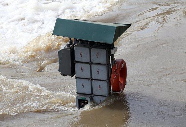 Povodně vPraze vúterý 4.června. Pohled zHlávkova mostu.