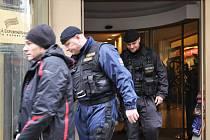 Detektivové Útvaru odhalování korupce a finanční kriminality společně s uniformovanými policejními složkami zasahovali ve středu v prostorách státních institucí Česká exportní banka a Exportní garanční a pojišťovací společnost