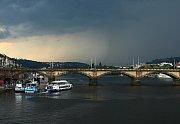 Bouřka nad Prahou.