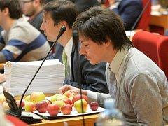 Odvolaný náměstek primátorky Matěj Stropnický (Strana zelených) s jablky od svých podporovatelů na zasedání pražského zastupitelstva v listopadu roku 2015.