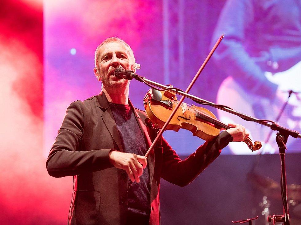 Člen skupiny Čechomor, skladatel, houslista a zpěvák Karel Holas.