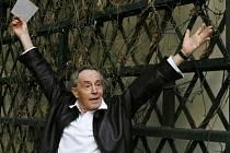 Populární český herec žijící v USA Jan Tříska si prohlédl nádvoří Lichtenštejnského paláce, kde si zahraje během Shakespearovských slavností roli otroka Kalibana v nově nastudovaném představení Bouře.