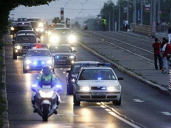 Kolona vozidel doprovázejících amerického prezidenta George Bushe projela 4. června pražskými Dejvicemi.