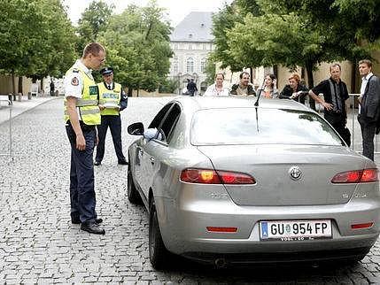 POLICEJNÍ KONTROLY. Včera je musela absolvovat například všechna vozidla na Prašném mostě, která chtěla jet směrem k Hradu.