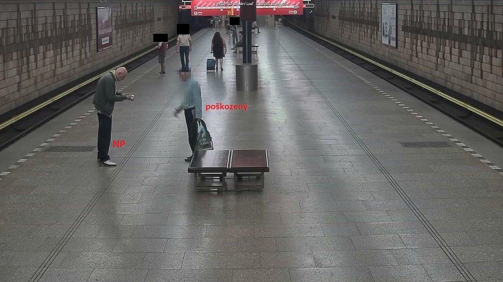 Lupič přepadl seniora v metru, hledá ho policie.