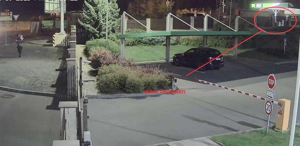 Kriminalisté hledají lupiče, který přepadl benzínku v Kobylisích a odnesl si několik tisíc korun.