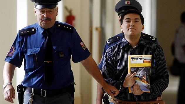 SOUD. Uzbek Šachzod Maksudov (na snímku) je přivázen eskortou k líčení v budově soudu pro Prahu 2,.