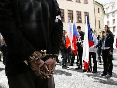 Zhruba tři desítky stoupenců krajně pravicové Národní strany dnes pochodovalo Prahou na protest proti sudetoněmeckému landsmanšaftu a také proti údajnému zvýhodňování některých skupin obyvatel. Extremisté se sešli na náměstí Franze Kafky.