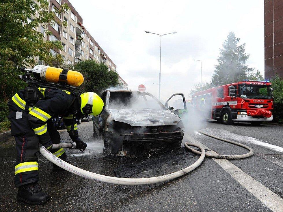 Policisté a hasiči zasahovali u požáru vozidla v Praze 5.