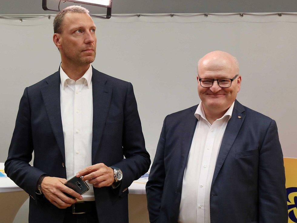 Čekání na výsledky voleb ve štábu KDU-ČSL, na snímku zleva Jan Wolf a Daniel Herman.
