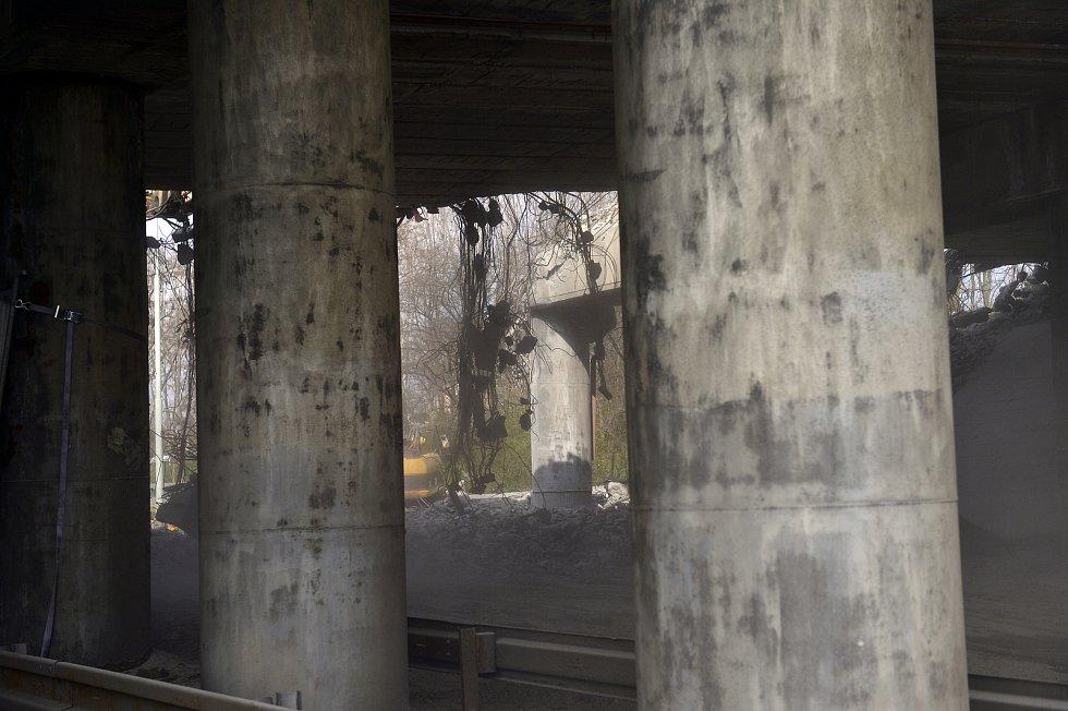 Demolice mostu Pražského okruhu přes Chlumeckou ulici probíhala 24. dubna.