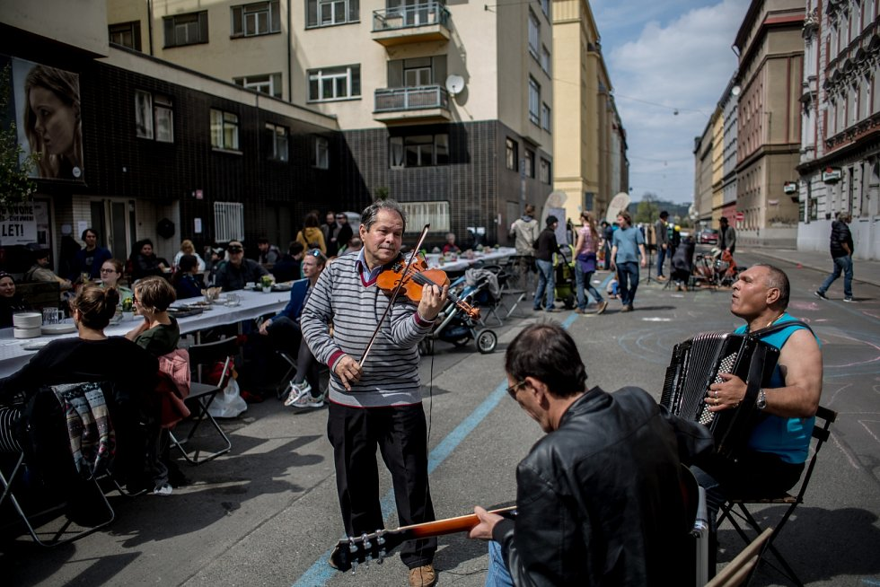 Františkovy lásky, prvomájová pouliční oslava, probíhala 1. května před Bio Oko na pražské Letné.