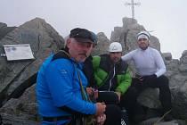 Nevidomý sportovec Jan Bauer (vpravo) na vrcholu Gerlachovského štítu, nejvyšší hory Slovenska.