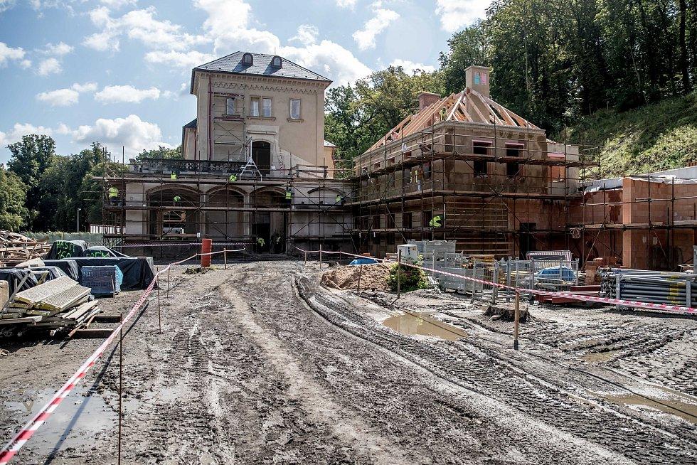 Novináři si mohli 13. srpna 2019 prohlédnout práce na rekonstrukci Šlechtovy restaurace v parku Stromovka v Praze.