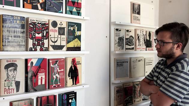 Z výstavy filmových plakátů a obálek knih, které vznikly v Československu od konce 50. let do roku 1989, v pražské galerii DOX.