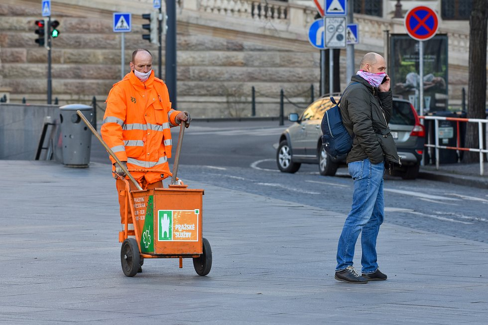 Prázdné ulice Prahy a lidé s rouškami 18. března 2020. Václavské náměstí, pracovník technických služeb hl. m. Praha.
