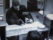OZBROJENÁ LOUPEŽ. Maskovaný muž přepadl v pondělí 7. července banku na Kubánském náměstí v Praze 10.