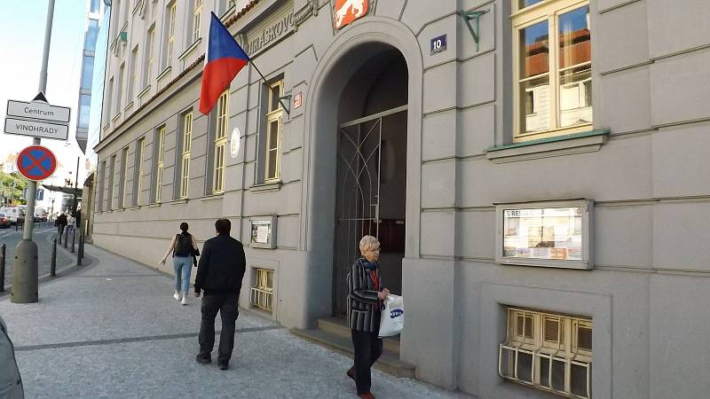 Ve volební místnosti v Resslově ulici byl zájem o volby první hodinu od jejich začátku velmi slušný.
