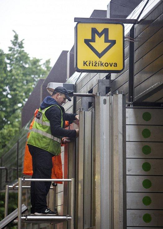 Pracovníci dopravních podniků stavěli 2. června protipovodňové zábrany u metra Křížíkova.