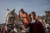 Historický průvod s Karlem IV. přijíždí na Pražský hrad, kde byla 3. dubna zahájena letní turistická sezóna a Rok oslav 700. výročí narození nejslavnějšího českého panovníka.