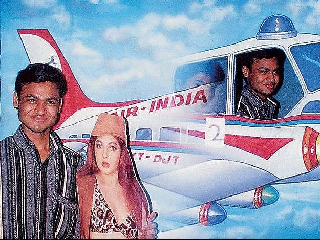 Prodej snů na bromidu. Z cyklu věnovaného kočovným fotoateliérům v Indii.Rajesh Vora, 2002–2004.