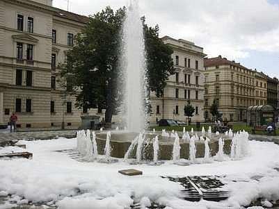 26. červen 2007, Praha; Kašna plná pěny ze saponátu byla k vidění na náměstí Kinských v Praze.